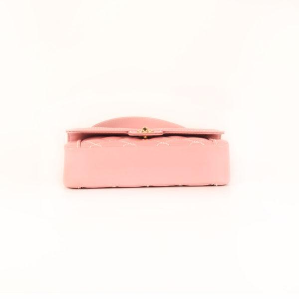 Imagen de la base del bolso chanel rosa costuras