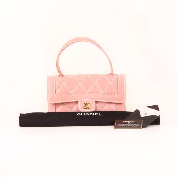 Imagen de los extras del bolso chanel rosa costuras