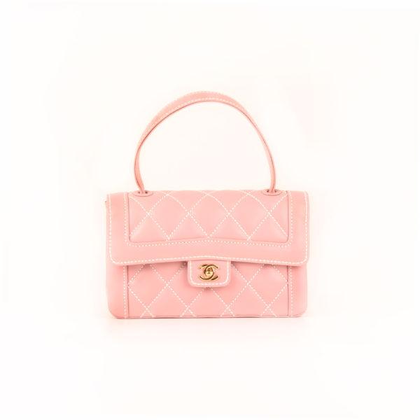 Imagen frontal del bolso chanel rosa costuras