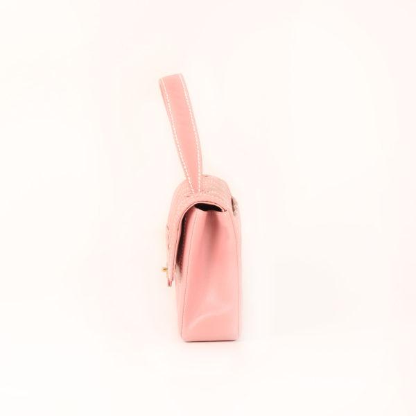 Imagen del lado 2 del bolso chanel rosa costuras