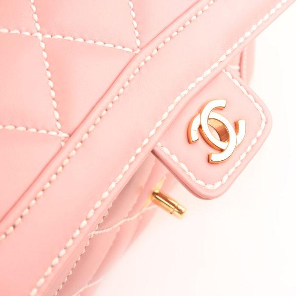 Imagen de la solapa del bolso chanel rosa costuras