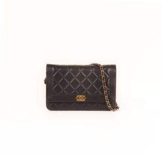 Imagen frontal del bolso chanel woc negro