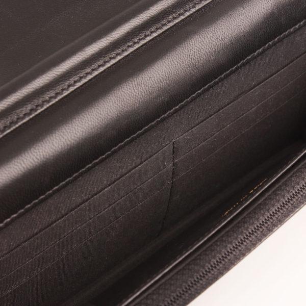 Imagen del interior del bolso chanel woc negro