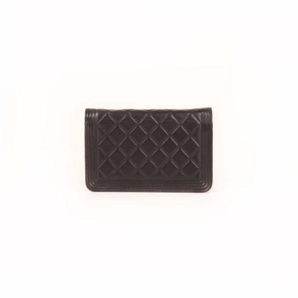 Imagen trasera del bolso chanel woc negro