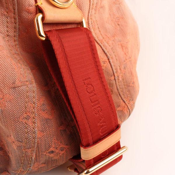Imagen detalle de la bandolera del bolso louis vuitton sunrise denim
