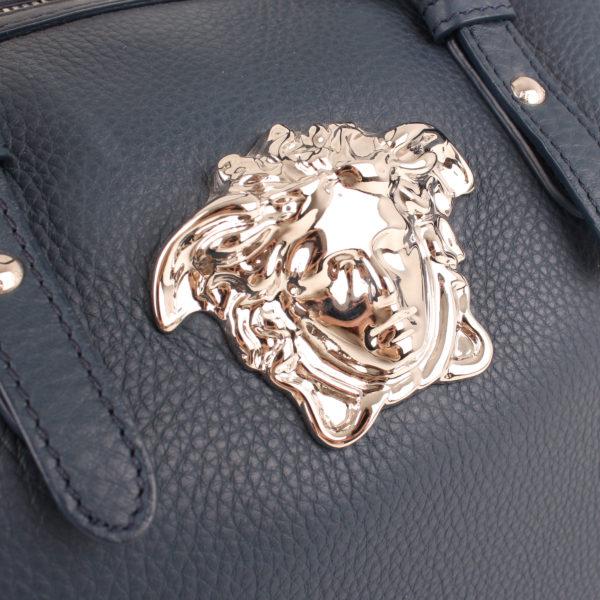 Imagen de la medusa del bolso versace petroleo