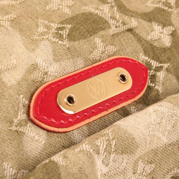 Imagen de detalle de la bolsa louis vuitton denim verde