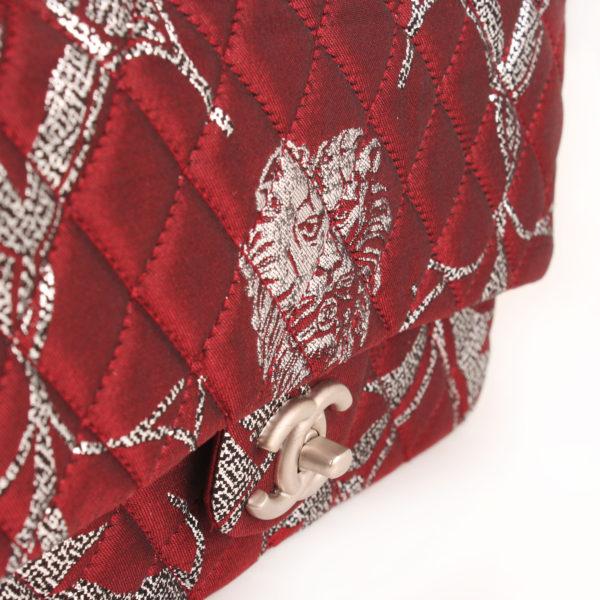Imagen del detalle del lado del bolso chanel brocade