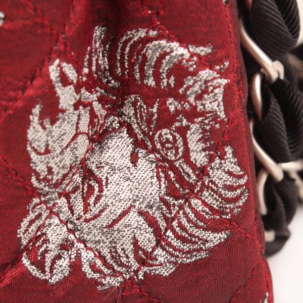 Imagen del detalle lateral del bolso chanel brocade
