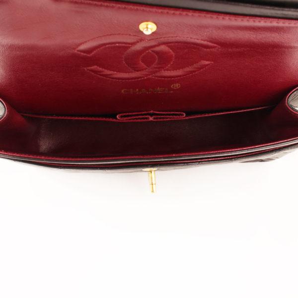 Imagen del interior del bolso chanel classic negro vintage
