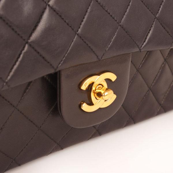 Imagen del cierre del bolso chanel classic negro vintage