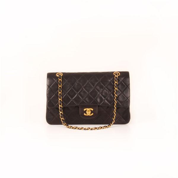 Imagen frontal del bolso chanel classic negro vintage
