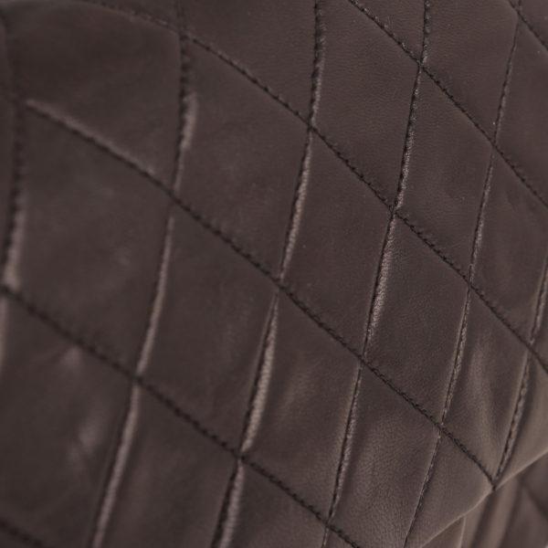 Imagen de la piel del bolso chanel classic negro vintage