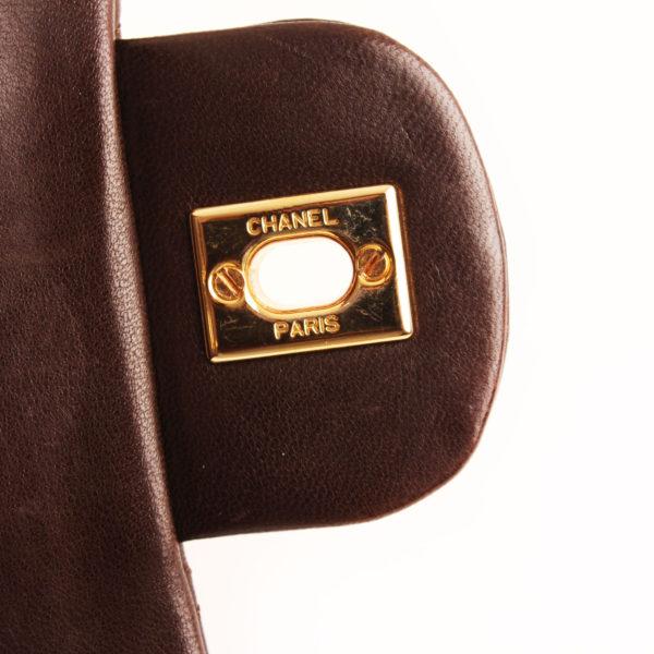 Imagen del herraje del bolso chanel double flap marron