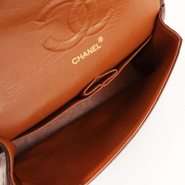 Imagen del interior del bolso chanel double flap marron