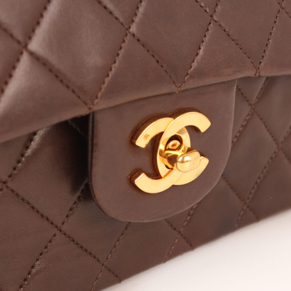 Imagen del cierre del bolso chanel double flap marron