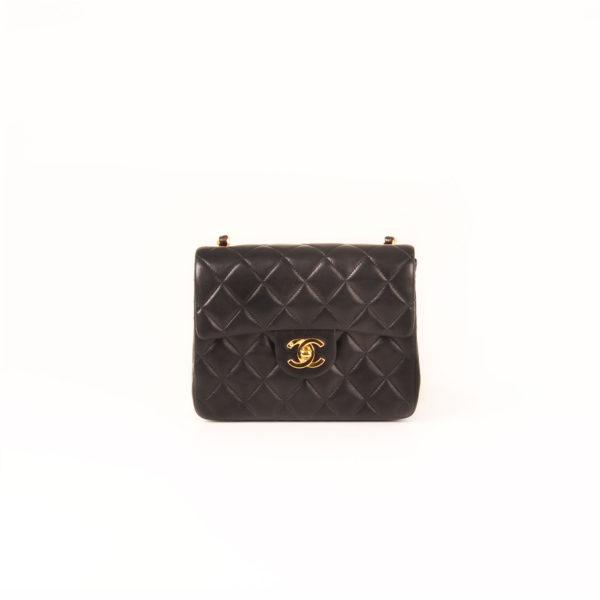Imagen frontal del bolso chanel mini single negro