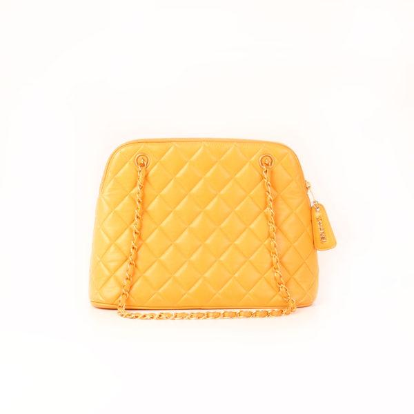 Imagen frontal del bolso chanel mostaza acolchado