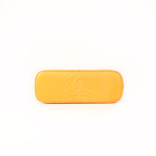 Imagen de la base del bolso chanel mostaza acolchado