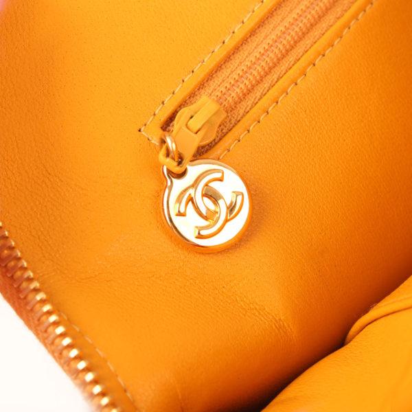 Imagen detalle del bolso chanel mostaza acolchado