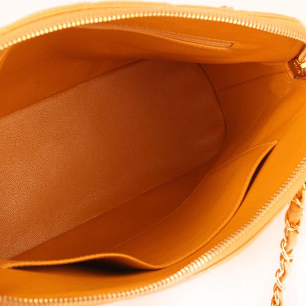 Imagen interior del bolso chanel mostaza acolchado