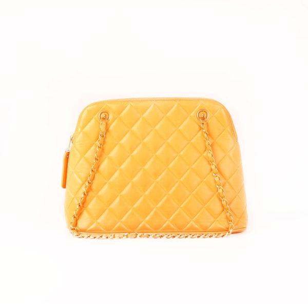 Imagen trasera del bolso chanel mostaza acolchado