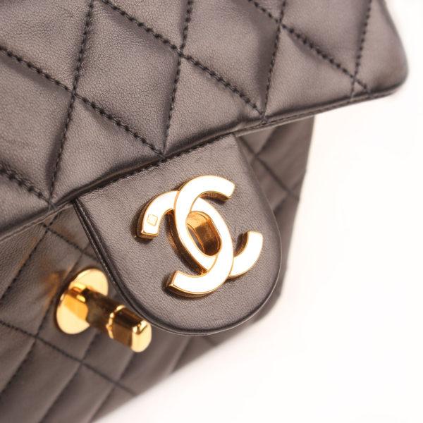 Imagen del cierre del bolso chanel mini single negro