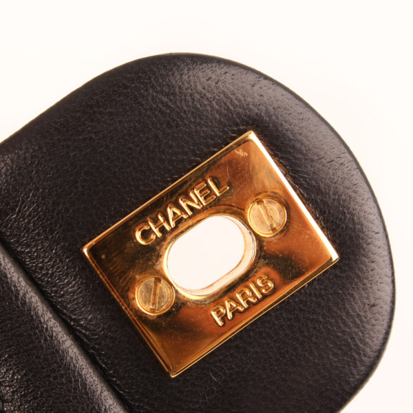 Imagen del herraje del bolso chanel mini single negro