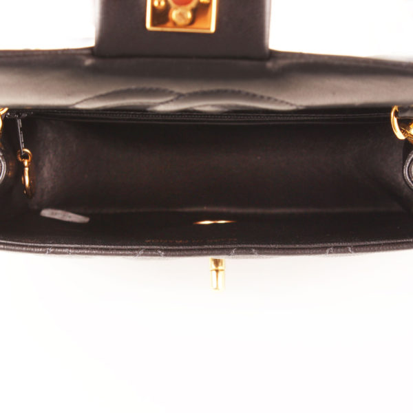 Imagen del interior del bolso chanel mini single negro