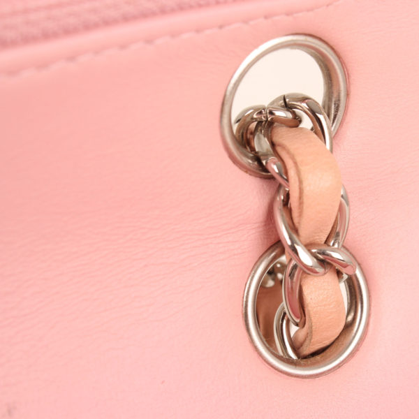 Imagen del interior del bolso chanel tweed rosa