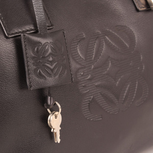 Imagen de las llaves del bolso loewe amazona negro