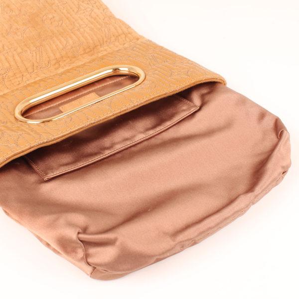 Imagen del interior beige del bolso louis vuitton dark