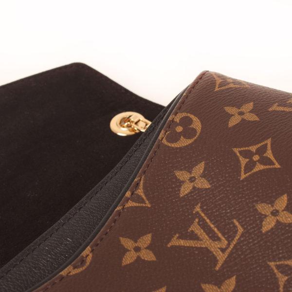 Imagen del interior del bolso louis vuitton pallas negro monogram detalle
