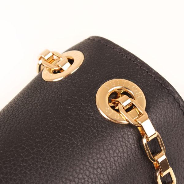 Imagen de los herrajes del bolso louis vuitton pallas negro monogram