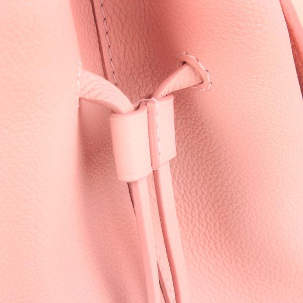 Imagen del lateral del bolso lv lockme rosa