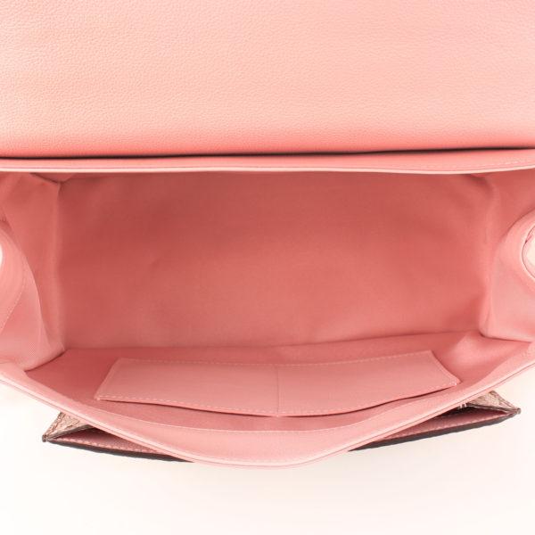 Imagen del interior del bolso lv lockme rosa