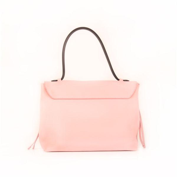 Imagen trasera del bolso lv lockme rosa
