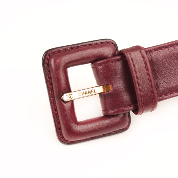 Imagen del cinturon de la rinonera chanel granate
