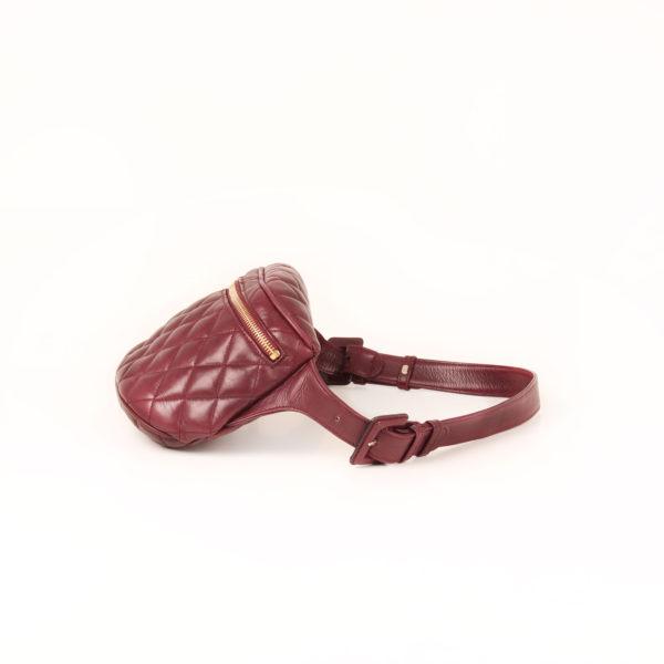 Imagen del lado 2 de la rinonera chanel granate