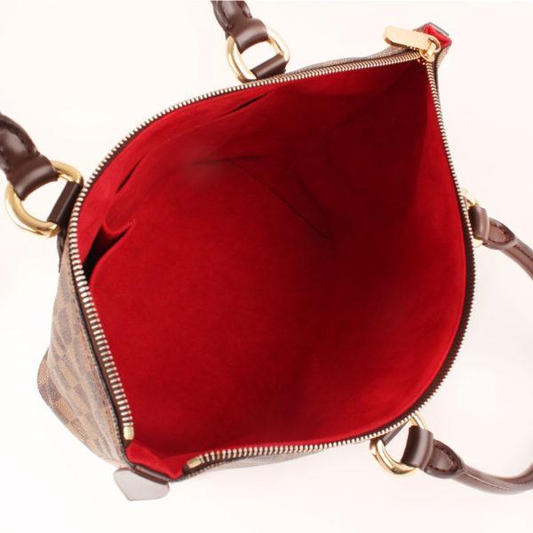 Imagen del interior del bolso louis vuitton saleya damier