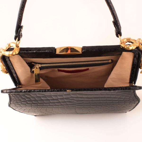 Imagen del interior del bolso valentino croco negro