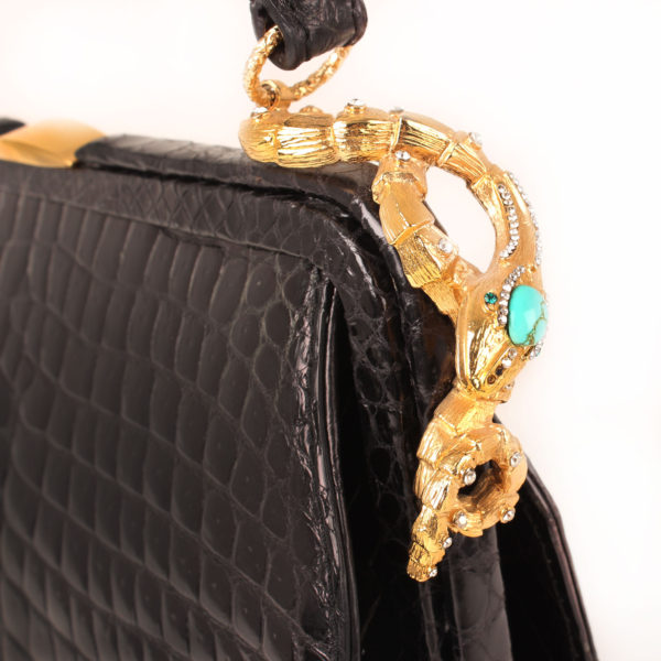 Imagen del detalle del bolso valentino croco negro
