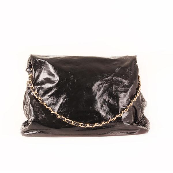 Imagen trasera del bolso chanel patent negro