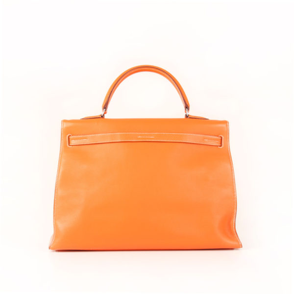 Imagen trasera del bolso kelly flat 35 naranja