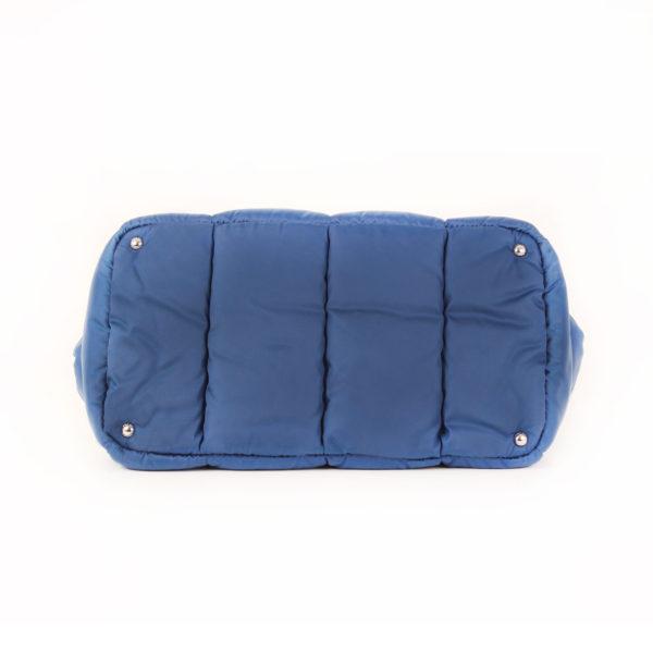 Imagen de la base del bolso prada bomber azul