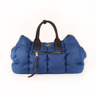 Imagen frontal del bolso prada bomber azul