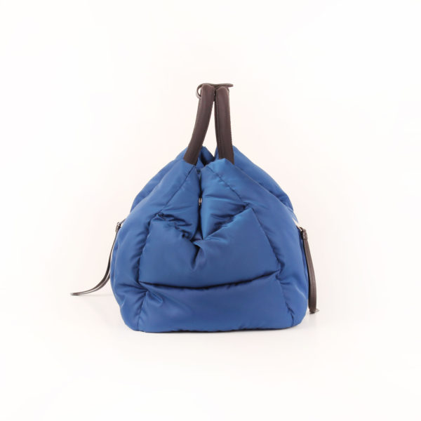 Imagen del lado 1 del bolso prada bomber azul