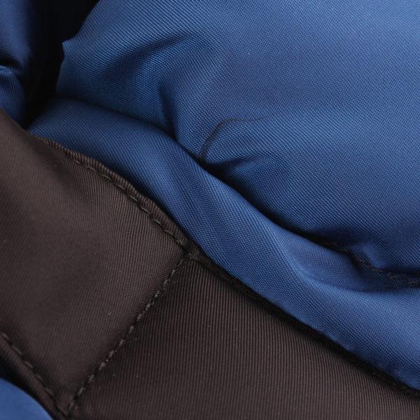 Imagen del tejido del bolso prada bomber azul