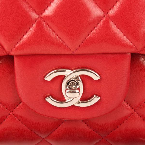 Imagen del cierre del bolso chanel jumbo rojo