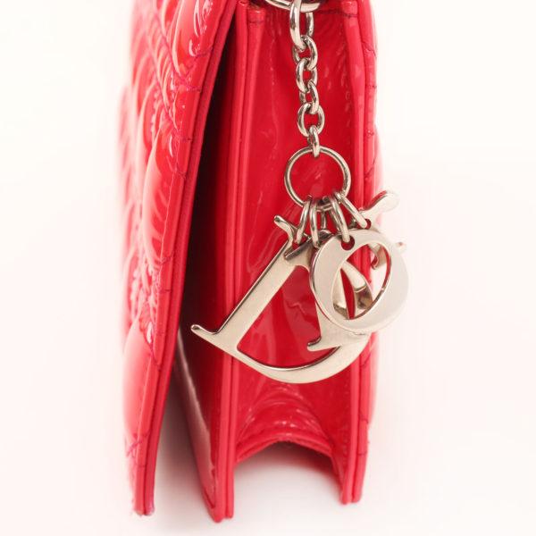 Imagen de los extras del bolso dior evening rojo